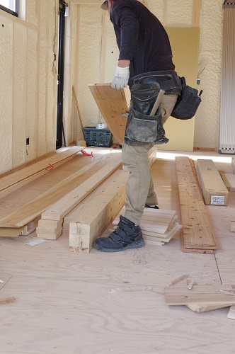 ビルトインガレージのある家天然木杉板張り