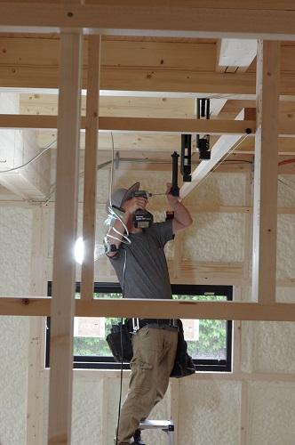 ビルトインガレージのある家大工工事防振吊木