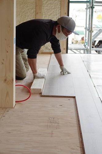 ライフタイムデザイン社建築中大工工事床貼り