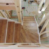こちらでも階段が完成。田舎風の住宅