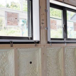 大工工事窓枠。田舎風の住宅