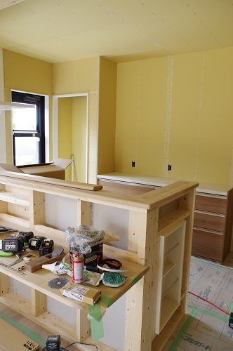 ビルトインガレージのある家システムキッチンの設置作業