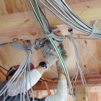 働くオジサンは…電気工事続き。